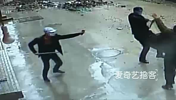 BBQ restaurant owner with knife defeats 8 thugs with iron pipes and pepper spray, capturing 1 alive